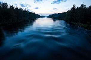 River in summer at midnight, Harjedalen, Central Swedenの写真素材 [FYI02342597]