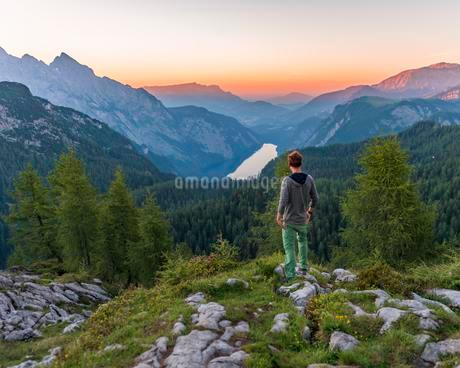 Man looks in the distance, Mountain panorama, view overの写真素材 [FYI02342602]
