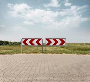 End of street, street sign right or left, Langeoog, Eastの写真素材 [FYI02342610]