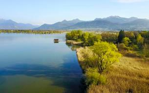 View of the Chiemsee with pre-Alps, Prien am Chiemseeの写真素材 [FYI02342614]