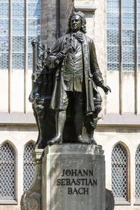 Monument to Johann Sebastian Bach in front of St. Thomasの写真素材 [FYI02342618]