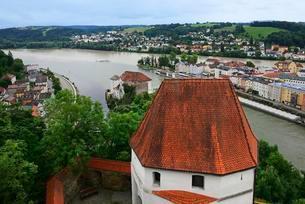 View from the Veste Oberhaus, Passau, Eastern Bavariaの写真素材 [FYI02342632]