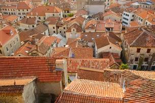 Rooftop view across the old town, Kotor, Montenegro, Europeの写真素材 [FYI02342637]