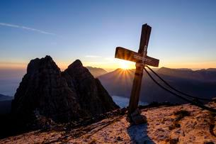 Summit cross of the third Watzmannkind in front of firstの写真素材 [FYI02342638]