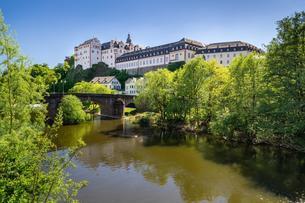 Weilburg Castle on the river Lahn, Old Lahn Bridgeの写真素材 [FYI02342646]
