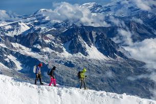 Three Climbers on snowy ridge of Mont Blanc, Chamonixの写真素材 [FYI02342656]