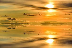 Sunset, mountains with reflection in the lake, waterの写真素材 [FYI02342659]