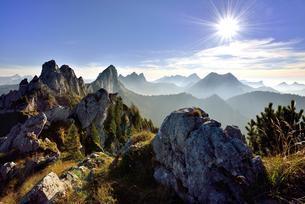 Sun star over Fribourg Pre-Alps, Freiburger Voralpenの写真素材 [FYI02342661]