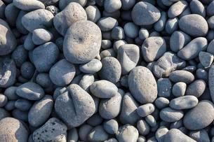 Stones rounded by the sea on the shore, Snaefellsnesの写真素材 [FYI02342677]