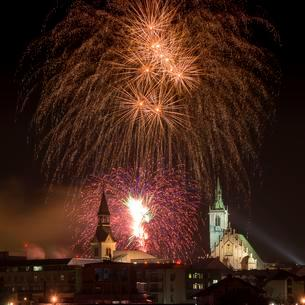 Fireworks over Schwaz on New Year's Eve with Spitalskircheの写真素材 [FYI02342679]