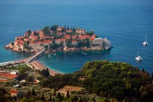 Dam connected island, Sveti Stefan, Montenegro, Europeの写真素材 [FYI02342680]