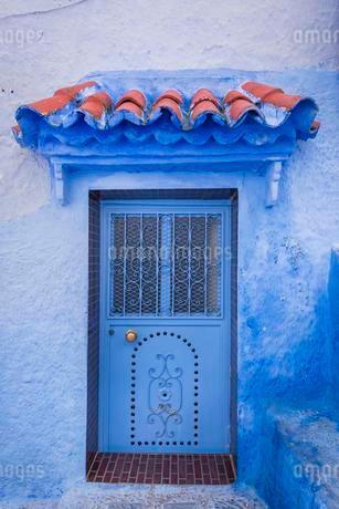 Blue front door, house facade, blue painted house, medinaの写真素材 [FYI02342697]