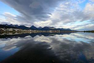 Ushuaia with clouds reflected in Beagle Channel, Ushuaiaの写真素材 [FYI02342700]