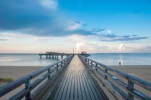Pier, cloudy atmosphere, Heiligenhafen, Baltic Seaの写真素材 [FYI02342705]