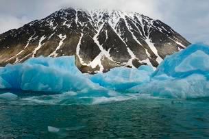 Icebergs, Magdalena Fjord, Glaciers, Spitsberg Islandの写真素材 [FYI02342712]