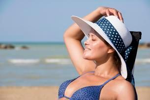 Woman with bikini and sun hat on the beach, Adriaticの写真素材 [FYI02342721]