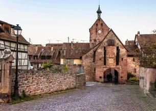City gate, Riquewihr, Alsatian Wine Route, Alsaceの写真素材 [FYI02342729]