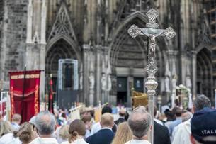 Corpus Christi, clergy hold a cross at a mass in front ofの写真素材 [FYI02342743]