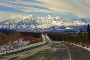 Haines Road in winter, behind Kluane Mountains, Yukonの写真素材 [FYI02342747]