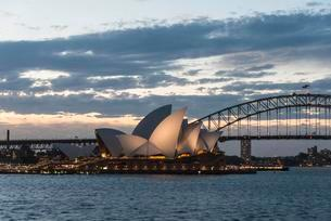 Circular Quay and The Rocks at dusk, skyline with Sydneyの写真素材 [FYI02342751]