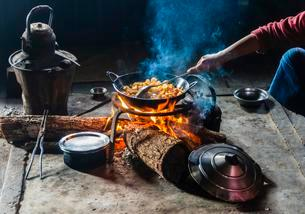 Woman cooking, fireplace in hut, Palaung hilltribe mountainの写真素材 [FYI02342773]