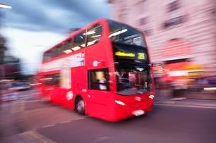 Red double decker bus, motion blur, Piccadilly Circusの写真素材 [FYI02342785]