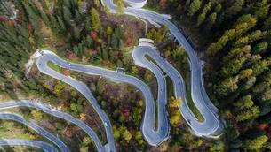 Serpentines at the Maloja Pass, Val Bregaglia, Engadineの写真素材 [FYI02342787]