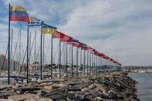 Flags decorating the sea wall at the yacht harbourの写真素材 [FYI02342788]