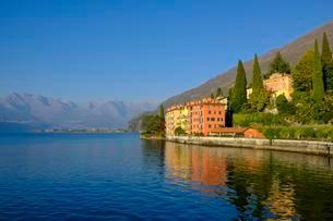 Houses by the lake, Bellano, Lake Como, Lago di Comoの写真素材 [FYI02342794]