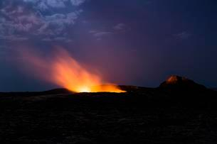 Eruption at night, crater of the active volcano Erta Aleの写真素材 [FYI02342801]