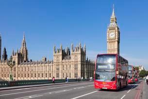 Red double-decker buses on Westminster Bridge with Big Benの写真素材 [FYI02342805]