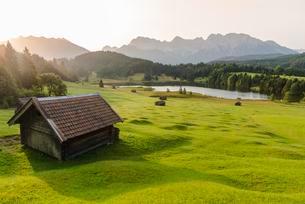 Lake Geroldsee at sunrise, Mittenwald, Karwendel, Alpsの写真素材 [FYI02342810]