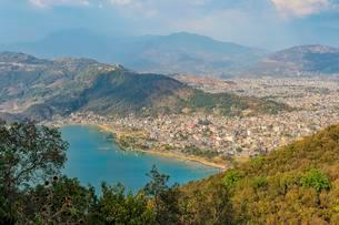 View over Pokhara and Phewa Lake from the World Peaceの写真素材 [FYI02342811]