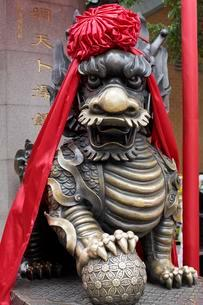 Guardian lion, decorated with red ribbon, Sik Sik Yuen orのイラスト素材 [FYI02342816]