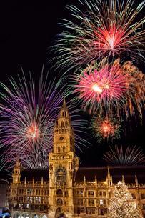 Munich City Hall, Marienplatz square, with New Year'sの写真素材 [FYI02342825]