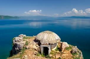Old bunker at Lake Ohrid, near Lin, Korca region, Albaniaの写真素材 [FYI02342834]
