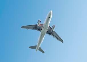 Airplane in the blue sky, United KIngdomの写真素材 [FYI02342839]