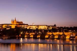 Illuminated Charles Bridge with Prague Castle and St Vitusの写真素材 [FYI02342848]