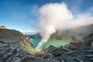 Volcano Kawah Ijen, volcanic crater with crater lake andの写真素材 [FYI02342852]