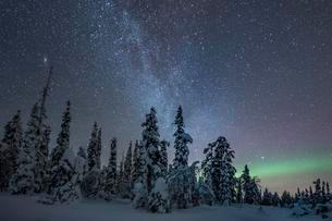 Starry sky with Milky Way and northern lights overの写真素材 [FYI02342867]