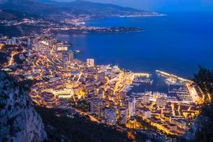 The coastline with the city at dusk, Monaco, Europeの写真素材 [FYI02342880]