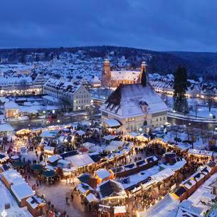 Christmas Market at dusk, Freudenstadt, Black Forestの写真素材 [FYI02342887]