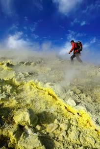 Hiker on the Gran Cratere walks through sulphur fumarolesの写真素材 [FYI02342896]