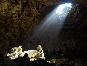 Light falling in the cave Grotte di Castellana, Castellanaの写真素材 [FYI02342901]