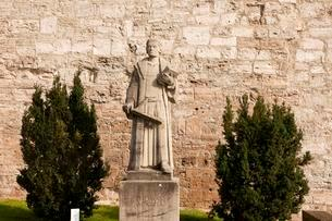 Statue of the preacher Thomas Muntzer in front of the cityの写真素材 [FYI02342903]