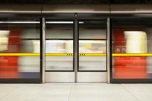 Platform doors on the London Underground at Canary Wharfの写真素材 [FYI02342908]