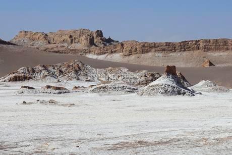 Salt surface in the Valley of the Moon, Valle de la Lunaの写真素材 [FYI02342913]