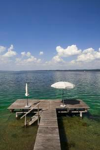 Lake Starnberg with bathing jetty and parasol, Seeshauptの写真素材 [FYI02342921]