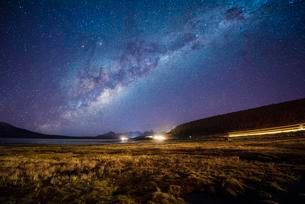 Starry sky with Milky Way on Lake Chungara, light trailsの写真素材 [FYI02342933]