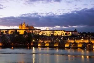 Charles Bridge with Prague Castle and St Vitus Cathedralの写真素材 [FYI02342939]